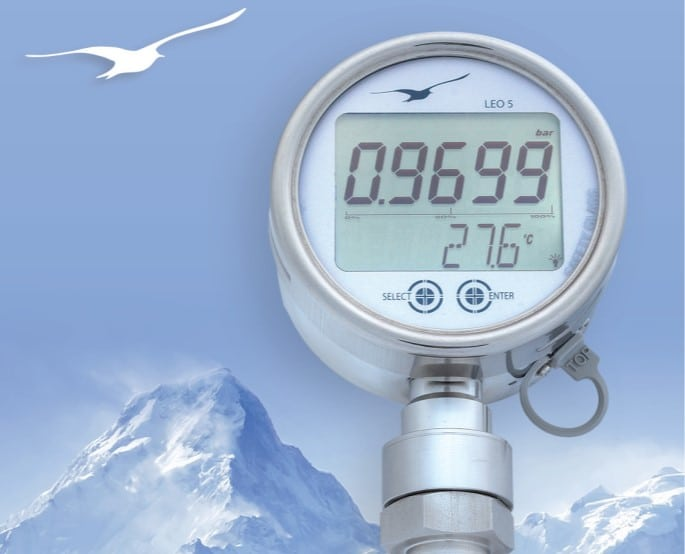 Safe monitoring of pressure peaks in gas- and fluid-filled pipelines